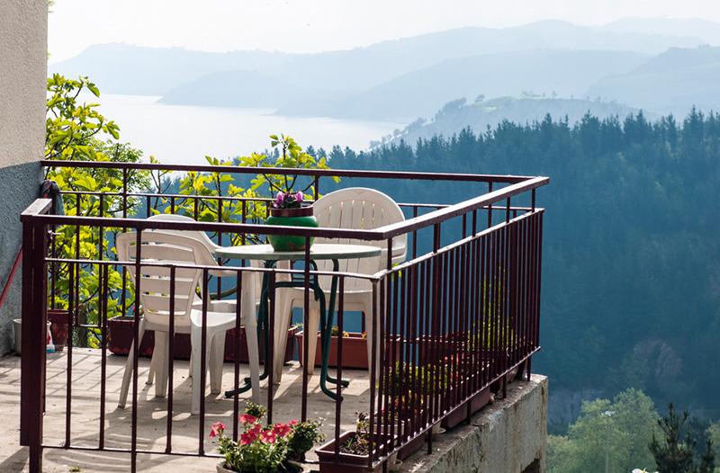 Onkel Kethe auf dem Balkon Grillen