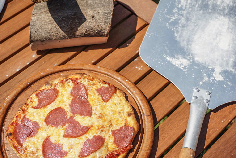 Moesta Smokin PizzaRing Salami Pizza