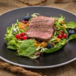 Büffel Hüftsteak Salat angerichtet