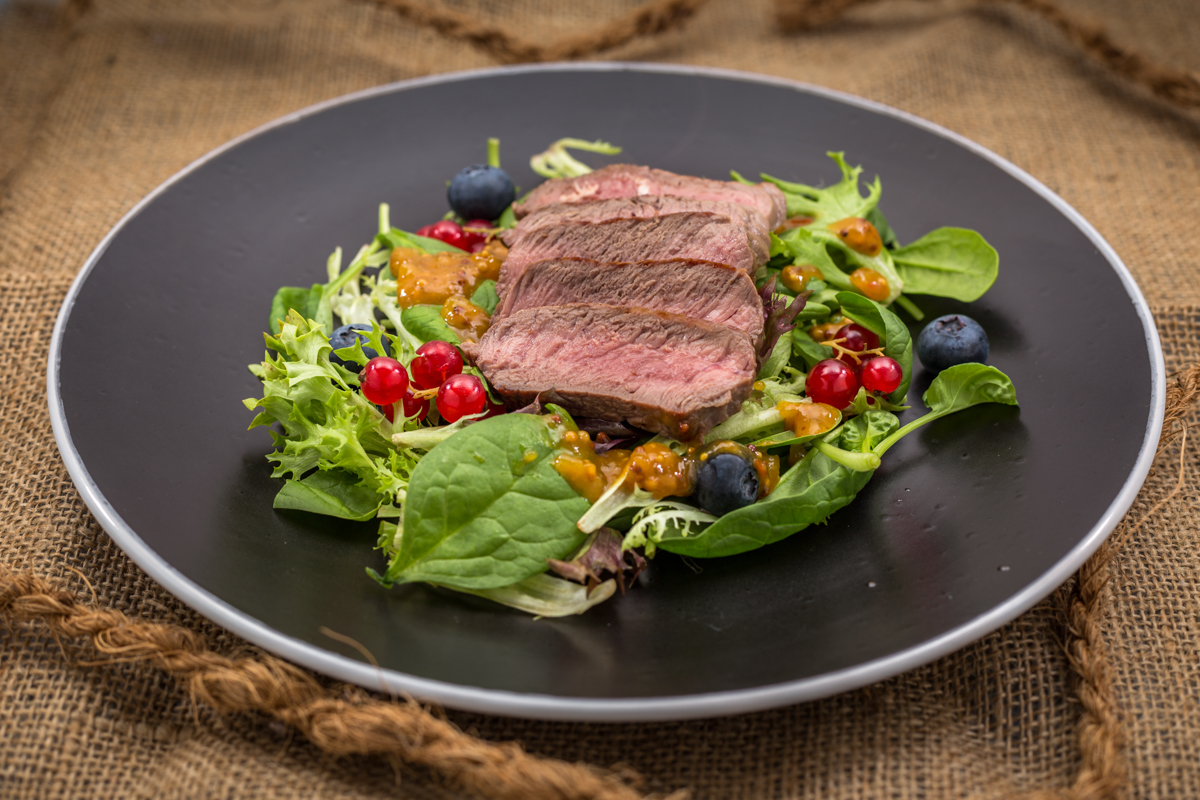 Büffel Hüftsteak Salat angerichtet