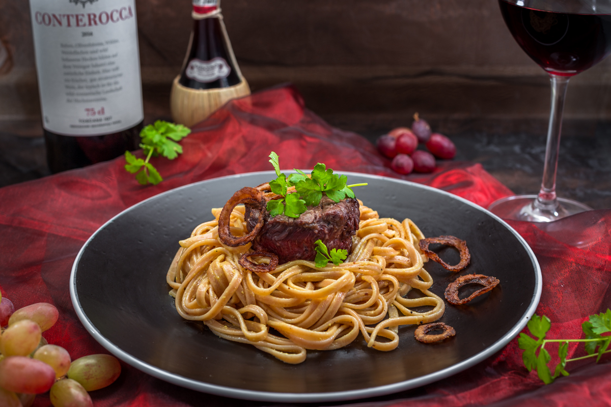 Büffel Medaillons Peperoncino Pasta angerichtet