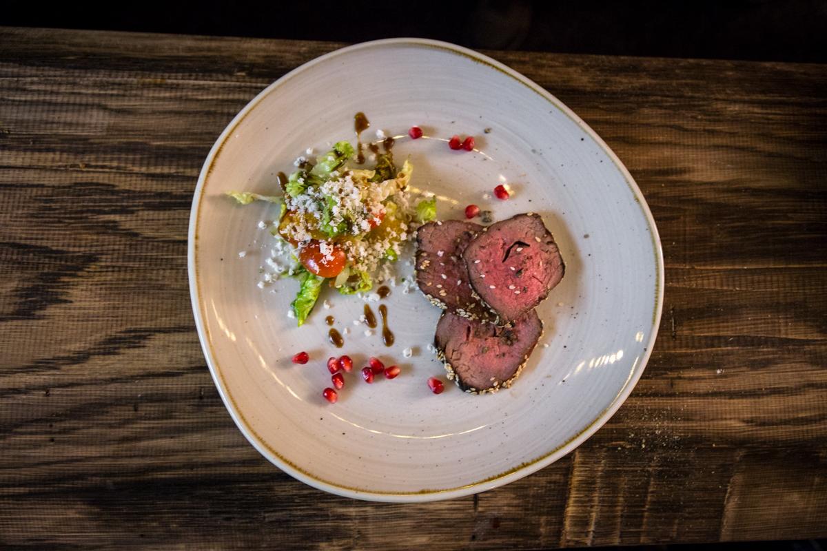Teriyaki Beef mit gegrilltem Salat angerichtet