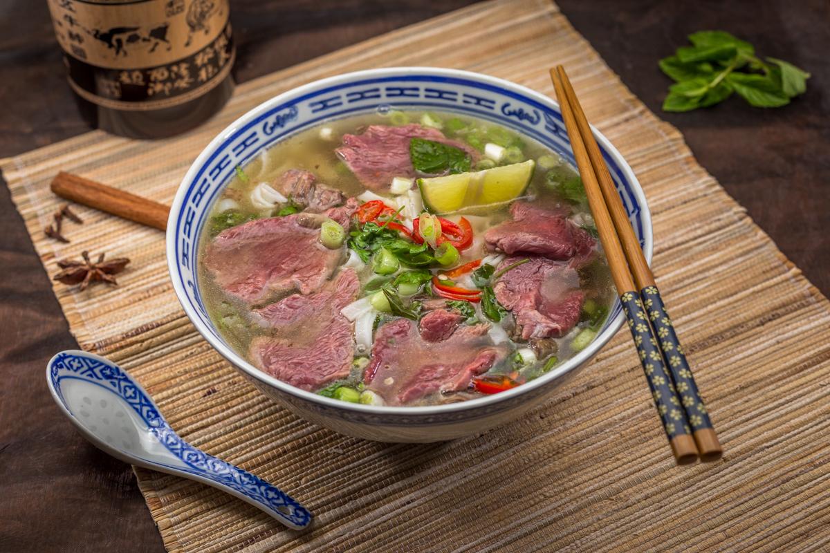 Vietnamesische Nudelsuppe Pho angerichtet